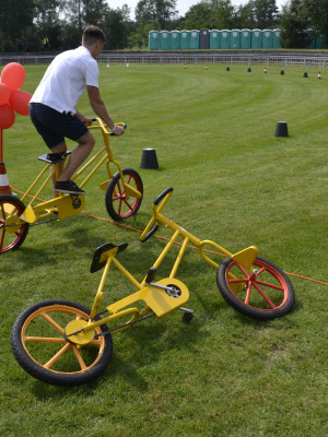 Szalone rowery z krzywymi kołami. Dokładniej z mimośrodowo ułożoną osią we wszystkich kołach.