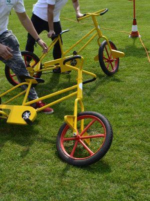 Szalone rowery z krzywymi kołami